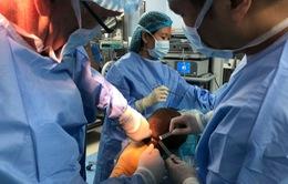 Phẫu thuật nội soi dây chằng chéo cho cầu thủ Oseni của CLB Hà Nội