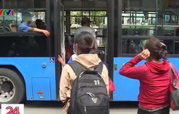 Bắt giữ băng nhóm chuyên dàn cảnh móc túi trên xe bus ở TP.HCM