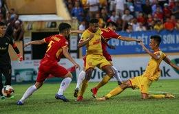 CLB DNH Nam Định bị phạt vì khán giả xuống sân, người khiêng cáng chậm trễ