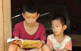 Giấc mơ được đến trường của 2 anh em không có mẹ