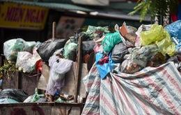 Bất cập tình trạng ứ đọng rác tại Hà Nội