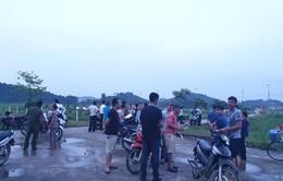 Người dân gần bãi rác Nam Sơn dỡ lều bạt, mở đường cho xe rác vào