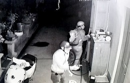 4 đối tượng cầm súng, roi điện vây ráp một nhà dân ở TP.HCM