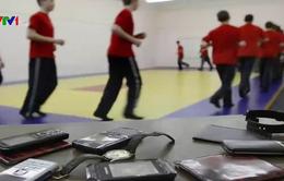 Nga xem xét cấm dùng điện thoại trong trường học