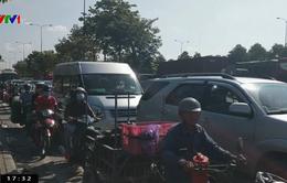 Xe cẩu gặp sự cố gây kẹt xe hàng chục km ở TP.HCM