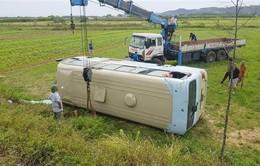 Nghệ An: Xe chở 23 nữ công nhân bị lật xuống ruộng