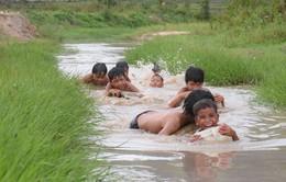"""Gia Lai: 3 thanh niên """"ngăn suối"""" mở lớp dạy bơi """"dã chiến"""" cho trẻ em làng"""