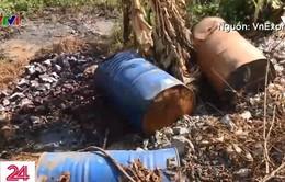 Nạn đổ trộm chất thải công nghiệp ven Đại lộ Thăng Long vẫn tái diễn