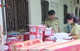 Tạm giữ hàng nghìn sản phẩm bánh kẹo không rõ xuất xứ tại Hà Nội