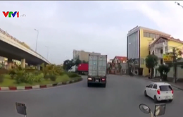 Ôm cua tốc độ cao, xe container lật nhào