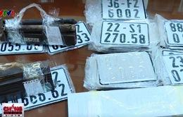 Triệt phá lò sản xuất biển số xe giả ở Hà Nội