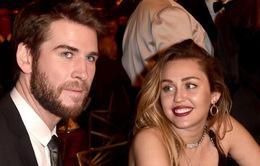 Dù có tình mới ngay sau khi chia tay chồng, Miley Cyrus vẫn rất đau buồn