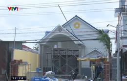 Lợp mái nhà, một người bị điện giật trọng thương