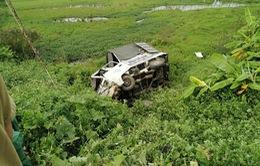 Tàu hỏa húc văng xe tải chết máy giữa đường ray xuống ruộng
