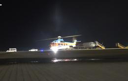 Đưa trực thăng cấp cứu một chiến sĩ trên đảo Sơn Ca vào đất liền.