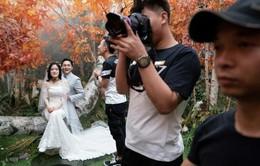 """""""Chán"""" chụp ảnh ngoại cảnh, giới trẻ Trung Quốc """"đổ xô"""" tới các studio chụp ảnh cưới"""