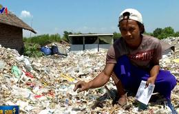 """Nông dân Indonesia kiếm tiền từ những """"cánh đồng rác"""""""