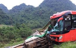 Hòa Bình: Xe khách đâm vào xe tải đỗ ven đường, 14 người thương vong