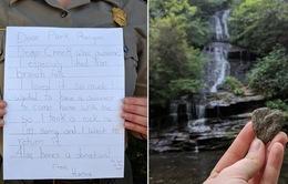 Cô gái gửi thư xin lỗi đến công viên vì trót mang về một… viên đá
