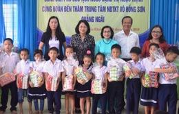 Phó Chủ tịch nước Đặng Thị Ngọc Thịnh thăm, tặng quà trẻ khuyết tật