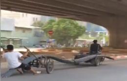 Nguy hiểm xe ba bánh chở sắt quá khổ tung hoành trên đường