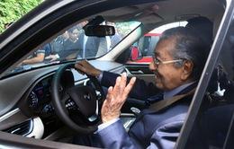 Thủ tướng Malaysia lái thử xe hơi thương hiệu Việt Nam