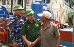 Cứu hộ thành công 13 ngư dân gặp nạn trên biển
