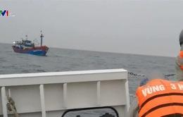 Hải quân cứu ngư dân gặp nạn trên biển