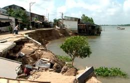 7 căn nhà bị sạt lở xuống sông