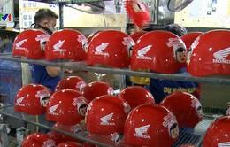 Trao tặng mũ bảo hiểm cho học sinh tiểu học