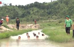 Lớp dạy bơi của các chàng thanh niên dân tộc J'rai