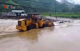 Xe ô tô bị nước cuốn khi cố vượt qua dòng lũ