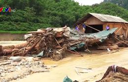 Tiếng khóc xé lòng của gia đình có người thân mất tích sau mưa lũ ở Thanh Hóa