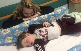 Bé trai 3 tuổi nhiễm virus bệnh tình dục herpes do người lớn hôn vào má