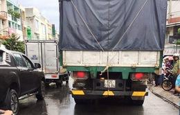 Xe chở hàng lậu tông thẳng vào 3 cán bộ quản lý thị trường