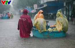 Chùm ảnh: Đảo Phú Quốc ngập sâu sau mưa lớn, người dân đi lại bằng bè tự chế