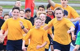 Các bạn trong lớp chạy cùng, cổ vũ cho cậu bé tật nguyền tại đại hội thể thao của trường