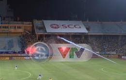 VIDEO độc quyền: Tốc độ kinh hoàng của quả pháo sáng gây thương tích cho CĐV Hà Nội trong trận gặp DNH Nam Định