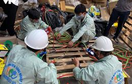Bộ đội Hoá học đang tẩy độc nhà kho Rạng Đông sau vụ cháy