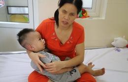 Xót xa cảnh cha mẹ mù chăm con 19 tháng ung thư di căn