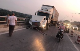Xe container đâm liên hoàn trên cầu Thanh Trì, nhiều xe máy rơi xuống sông