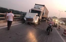 Vụ container húc 3 xe máy trên cầu Thanh Trì: Người rơi xuống sông đã thiệt mạng