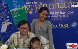 """Nhà văn Nguyễn Nhật Ánh ký tặng sách """"Làm bạn với bầu trời"""""""