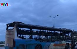 Bất ngờ bốc cháy, xe khách đang lưu thông theo hướng Bắc - Nam bị thiêu rụi