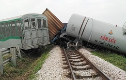 Bốn toa tàu bị lật khỏi đường ray sau cú đâm mạnh vào xe tải