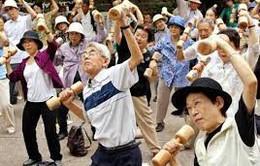 Người già Nhật Bản đổ xô đi mua sản phẩm tài chính