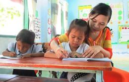 Cô giáo người Raglai với nỗ lực vận động, duy trì tỷ lệ học sinh đến lớp đều đặn
