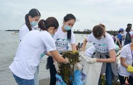 Hoa hậu Trái đất Phương Khánh cùng hàng ngàn người dân Philippines xuống biển dọn rác