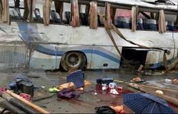 Xe bus va chạm với xe tải ở Trung Quốc, 69 người thương vong