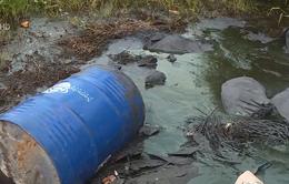 Tái diễn tình trạng đổ trộm chất thải nguy hại trên Đại lộ Thăng Long